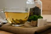 Tasses de thé à la menthe sur la table en bois — Photo