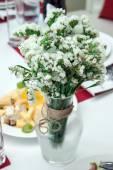 Bukett med vita blommor — Stockfoto