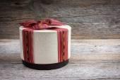 Geschenk-box auf einem hölzernen hintergrund — Stockfoto