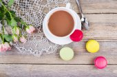 Colorful macaroons, delicious French pastries, on table — Zdjęcie stockowe