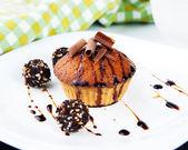 Muffin con cioccolato e sciroppo — Foto Stock