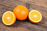 Verse sinaasappelen op houten achtergrond — Stockfoto