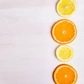 Oranges fraîches et citrons sur fond en bois — Photo