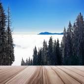 Träbalkong på vinterlandskap med skidåkning väg — Stockfoto