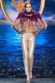 A model walks on the Valentin Yudashkin catwalk — Foto de Stock