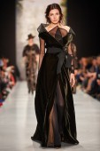 A model walks on the IGOR GULYAEV catwalk — Stock Photo