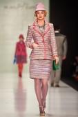 A model walks on theSLAVA ZAITSEV catwalk — Stockfoto