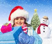 Küçük kız holding hediyeler — Stok fotoğraf