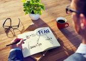Hombre de negocios de intercambio de ideas acerca de cómo planear — Foto de Stock
