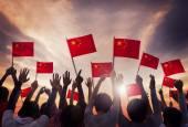 Pessoas segurando bandeiras nacionais da china — Foto Stock