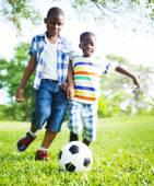 Futbol oynayan çocuklar — Stok fotoğraf