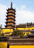 Buddhistische chinesische tempel und pagode — Stockfoto