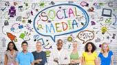 Människor ler med sociala medier tecken — Stockfoto