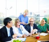 Врачи, имеющие позитивные встречи — Стоковое фото