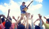 Man with Guitar Performing on Crowds — Stock Photo