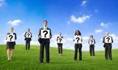 Geschäftsleute mit frage zeichen — Stockfoto