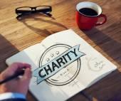 Affärsmannens tabell med välgörenhet koncept — Stockfoto