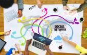 Menschen diskutieren sozialnetz — Stockfoto