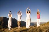 Eople doing yoga on mountains — Stockfoto