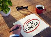 Empresario escribiendo ' positivo' — Foto de Stock