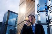 Businessman talking on phone — Stockfoto