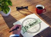 Бизнесмен написание ' быть самим собой' — Стоковое фото