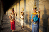 Cambodian dancers in traditional costume — Stock Photo