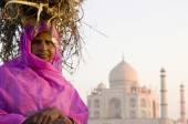Indian woman and Taj Mahal — Stock Photo