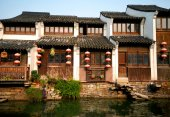 Traditional Chinese houses lining canal — Stock Photo