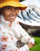 Cambodian woman selling fish in market — Stock Photo