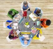 Multiethnische gruppe von menschen, die brainstorming — Stockfoto