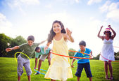 Whole family hula hooping outdoors — Stock Photo
