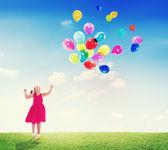 Bambina giocare con palloncini — Foto Stock