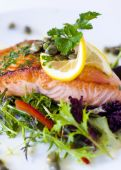 Cooked Alaskan salmon with vegetables — Stock Photo