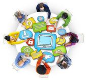 Groep mensen met technologie symbool — Stockfoto