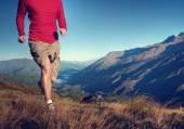 человек, бегающий трусцой в горах — Стоковое фото