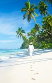 Woman walking on tropical beach — Stock Photo