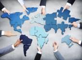 Affärsmän bildar världen karta — Stockfoto