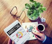 Affärsman brainstorming om marknadsföring strategi — Stockfoto