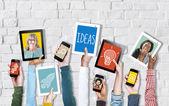 Cyfrowe urządzenia trzymając się za ręce — Zdjęcie stockowe