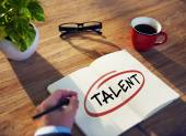 Podnikatel psát slovo ' Talent' — Stock fotografie