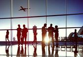 Podnikatelé na letišti — Stock fotografie