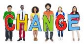 Persone in piedi che tiene parola cambiamento — Foto Stock
