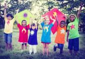 Crianças brincando pipas — Fotografia Stock