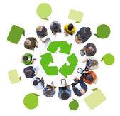 Gens avec le symbole de recyclage — Photo