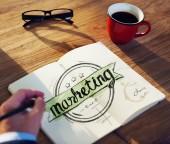 человек, пишущий маркетинг слова — Стоковое фото