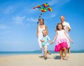 ビーチで実行している家族 — ストック写真