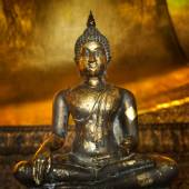 золотой будда в буддийский храм — Стоковое фото