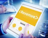 Ruce držící tablet s příjmy — Stock fotografie
