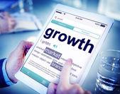 Hombre usando tableta con concepto de crecimiento — Foto de Stock